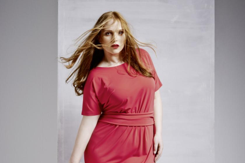 Sandy Dietrich trägt ein Modell von Sallie Sahne