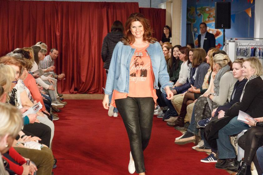Shirt in Koralle zur Jeansjacke